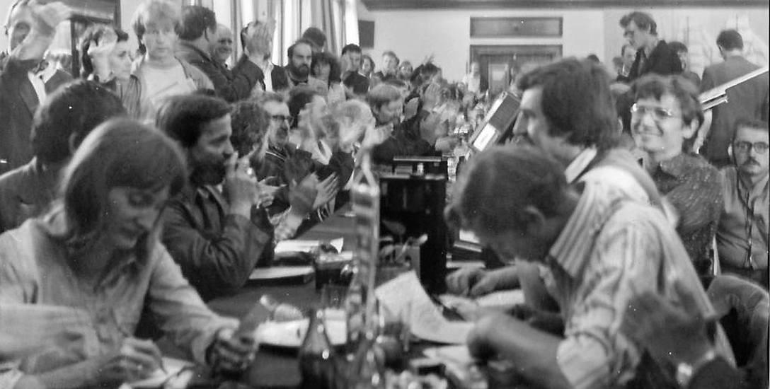 Dziennikarze wśród stoczniowców w sali BHP. Pierwsza z lewej autorka artykułu