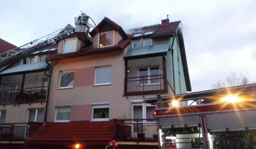 Film do artykułu: Pożar dachu budynku mieszkalnego w Gdyni. 20 osób ewakuowanych z szeregu przy ul. Miłej