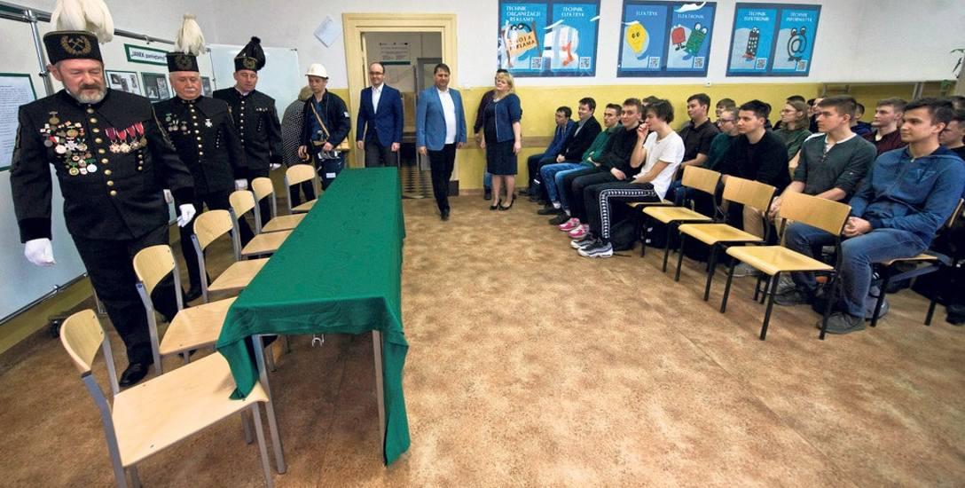 Górnicy spotkali się w piątek m.in. z młodzieżą uczącą się w koszalińskim Elektroniku - to szkoła, do której uczęszczał Jan Stawisiński