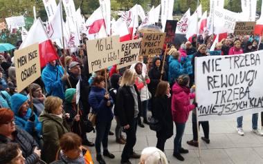 Przeciwko reformie oświaty, nauczyciele protestowali jeszcze zanim zmiany weszły w życie. W październiku 2016 r. w całym kraju, także w Poznaniu, odbywały