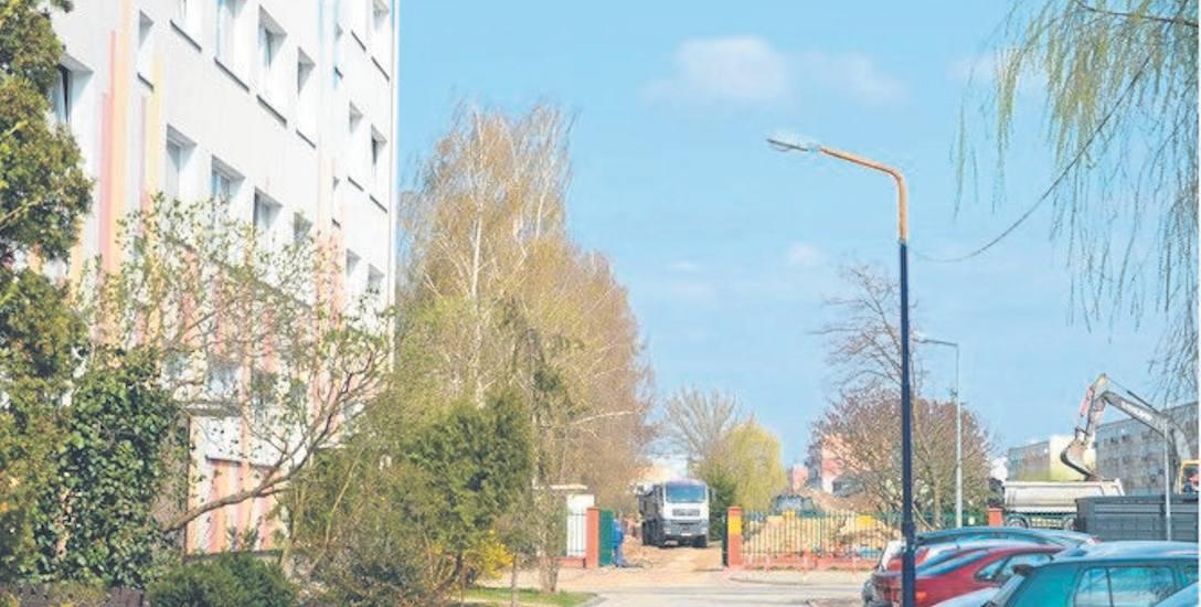 Jeden z wyjazdów z budowy znajduje się na wprost wylotu osiedlowej uliczki wzdłuż bloku przy ul. Trzcińskiej 17
