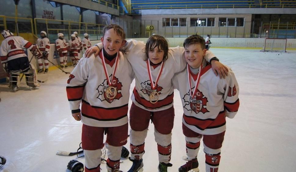 Młodzi hokeiści z Opola: Maciej Fabiańczyk (z prawej) i Szymon Bieniek (w środku) w towarzystwie jednego z czeskich kolegów z drużyny i z medalami za