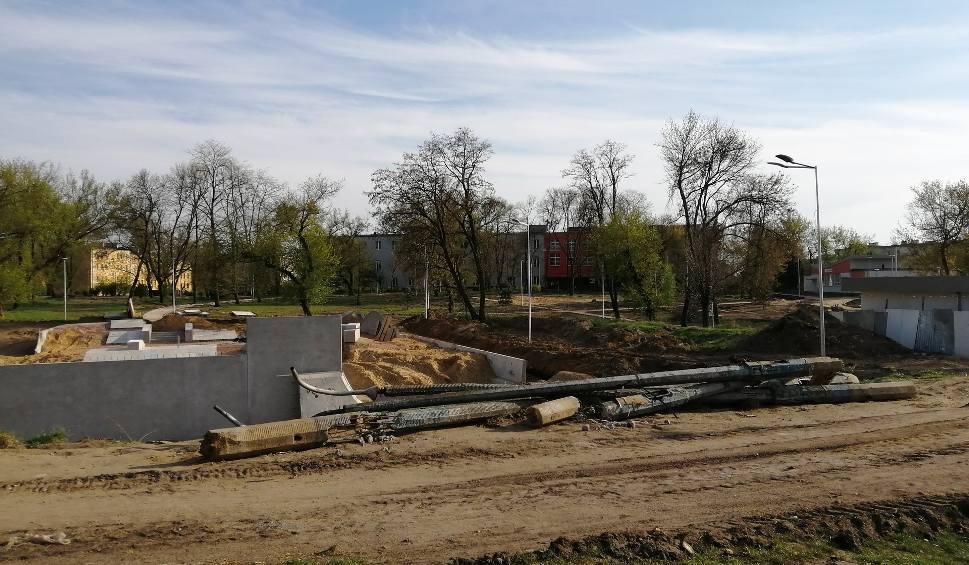 Film do artykułu: Remont parku na osiedlu Obozisko w Radomiu. Będzie nowy skate park i tężnia solankowa. Sprawdzamy postęp prac