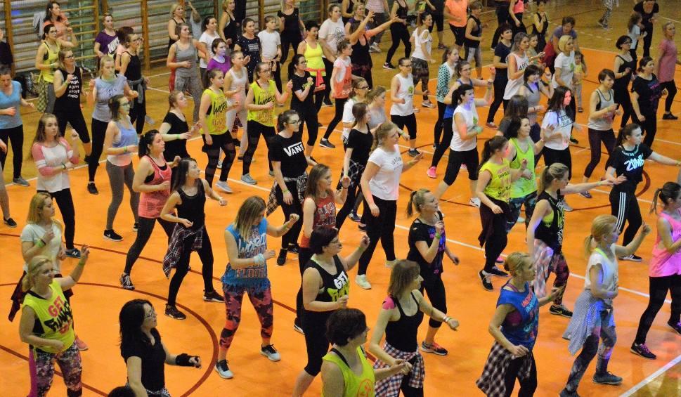 Film do artykułu: W Jędrzejowie 250 osób tańczyło zumbę, by pomóc Krystiankowi (zdjęcia, wideo)