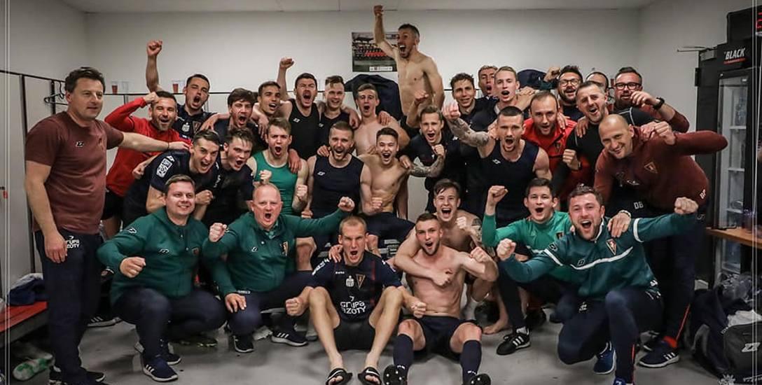 Po meczu w Krakowie zespół Pogoni tradycyjnie ustawił się do wspólnego zdjęcia w szatni