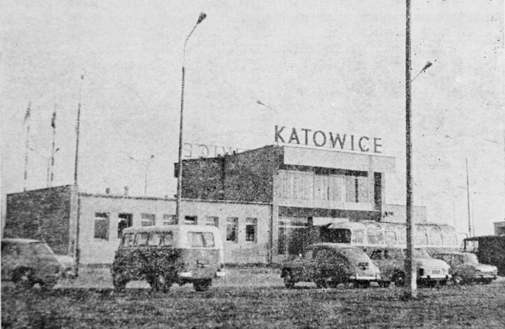 Rok 1969. Pierwsze inwestycje w Pyrzowicach:  powstał niewielki terminal pasażerski (o pow. 550 m kw), drogi kołowania i przeddworcowa płyta postojo