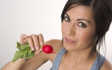 Jeść nowalijki, czy też ich unikać? Czy warto sięgnąć po wiosenne warzywa i owoce pojawiające się na straganach?