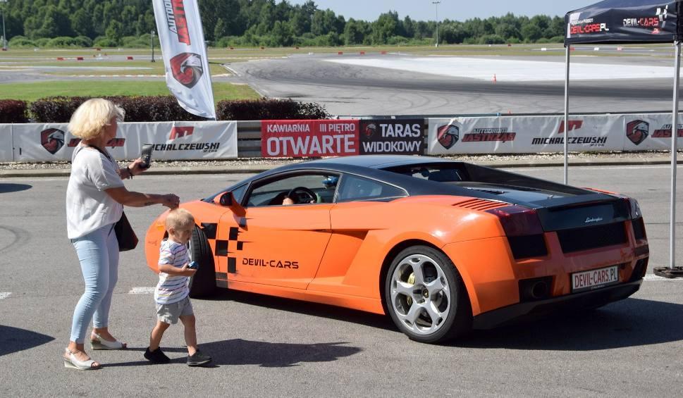 Film do artykułu: Szalone jazdy Lamborghini i Ferrari na torze koło Szydłowca. Zobaczcie (WIDEO, ZDJĘCIA)