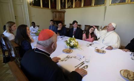 Papież zjadł obiad z młodymi pielgrzymami.