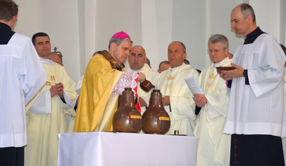 Film do artykułu: Msza Krzyżma w bazylice konkatedralnej w Stalowej Woli z udziałem ponad 300 kapłanów