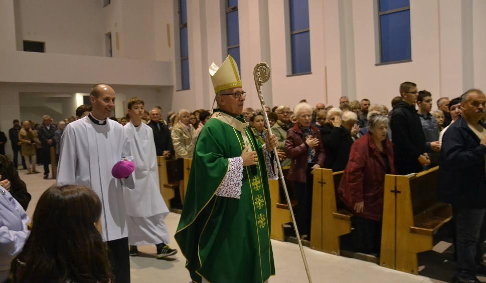 Film do artykułu: Symboliczna msza z arcybiskupem w nowym kościele na Nowinach w Rybniku - ZDJĘCIA