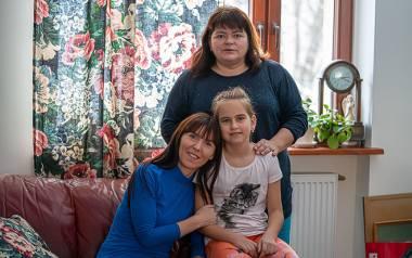 Na zdjęciu od lewej Iwona Romaniak wraz z Irenką oraz jej mamą Rosłaną. Dziewczynka dzięki pomocy małżeństwa Tokarczyków z Muszyny będzie mogła biegać