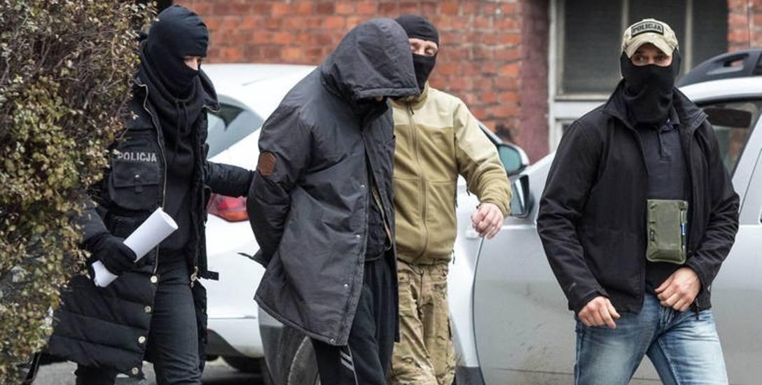 """""""Kolekcjoner ciał"""" miał ostrzelać 75 aut i ukryć dokumenty. Czy trafi przed sąd?"""