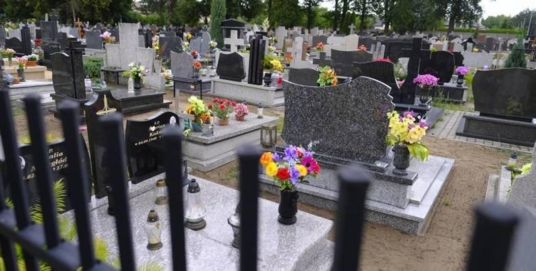 """""""Nowości"""" ostrzegają. W Toruniu złodzieje okradają groby z granitowych wazonów"""