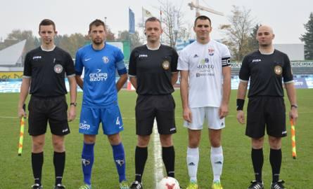 Kapitanowie Unii Tarnów Paweł Węgrzyn (niebieska koszulka) i Wiślan Jaśkowice Maciej Wcisło (biała koszulka) w towarzystwie arbitrów sobotniego mecz