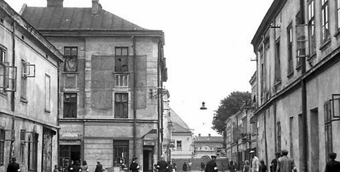 Nowy Sącz, ulica Franciszkańska w 1942 roku. Teren getta żydowskiego na starówce. Tę część miasta oddzielono murem