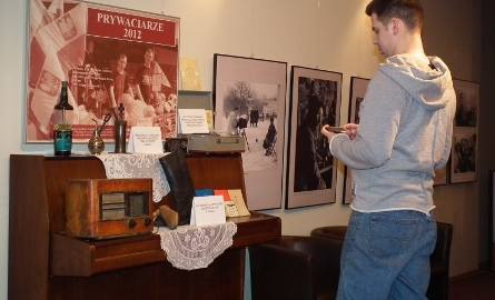 """Zwracała uwagę maszyna do napełniania tuszem wkładów długopisowych z firmy """"Długopis"""" w Radomiu, pocztówki dźwiękowe, stare radio i gramofo"""