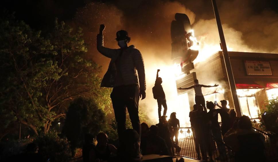Film do artykułu: USA: Zamieszki w Minneapolis, śmierć George'a Floyda w areszcie wywołała gniew. Podpalony został posterunek policji [wideo]