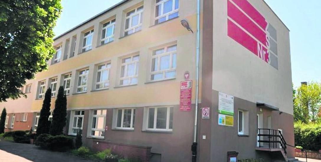 Trzykondygnacyjny gmach dawnego ZS nr 3 przy ulicy Artyleryjskiej w Szczecinku czeka na nowego gospodarza