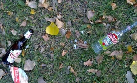 Na placu przy mauzoleum pełno było pustych butelek po alkoholu.