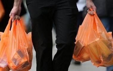 Najczęściej nie nadają się do recyklingu, a bardzo długo rozkładają się w środowisku naturalnym. Gdy tylko możesz wybieraj wielorazowe torby na zaku
