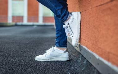Top najlepszych stylizacji damskich z wykorzystaniem sneakersów