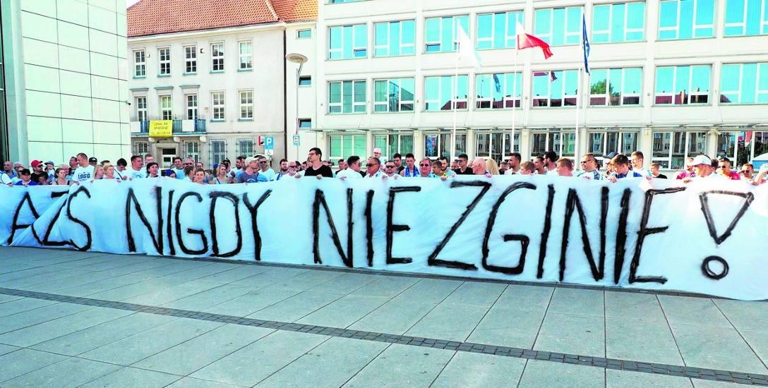 Sympatycy koszalińskiej koszykówki licznie stawili się na Rynku Staromiejskim w Koszalinie, by głośno wyrazić swój sprzeciw likwidacji klubu