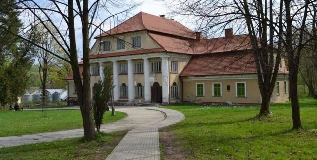 Pałac Kępińskich, zbudowany w latach 1827-1828, to jeden z najpiękniejszych zabytków na Żywiecczyźnie