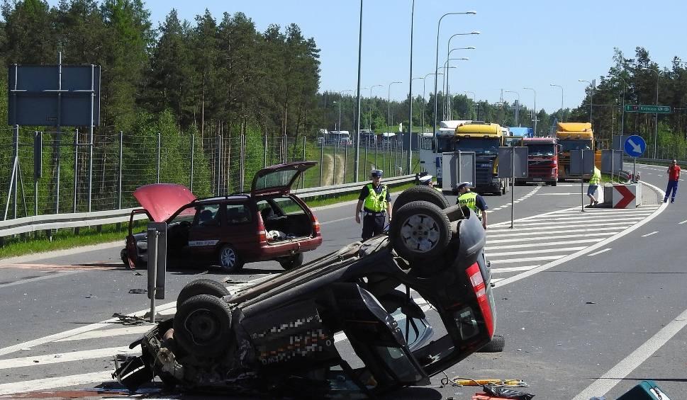 Film do artykułu: Święta Woda: Wypadek na obwodnicy Wasilkowa. Dachowanie po zderzenie forda z fiatem [ZDJĘCIA, WIDEO]