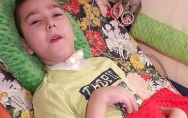 Oliwer Wieczorek nie może cieszyć się życiem, tak jak jego rówieśnicy, pozostaje pod ciągłą opieką i przyjmuje leki