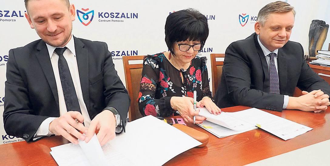 Umowę podpisali wicemarszałek województwa Tomasz Sobieraj oraz Ewa Korczak, wójt gminy  Świeszyno