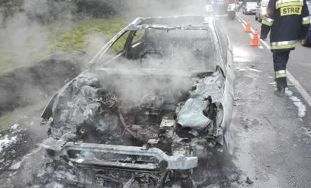 Samochód spłonął doszczętnie.