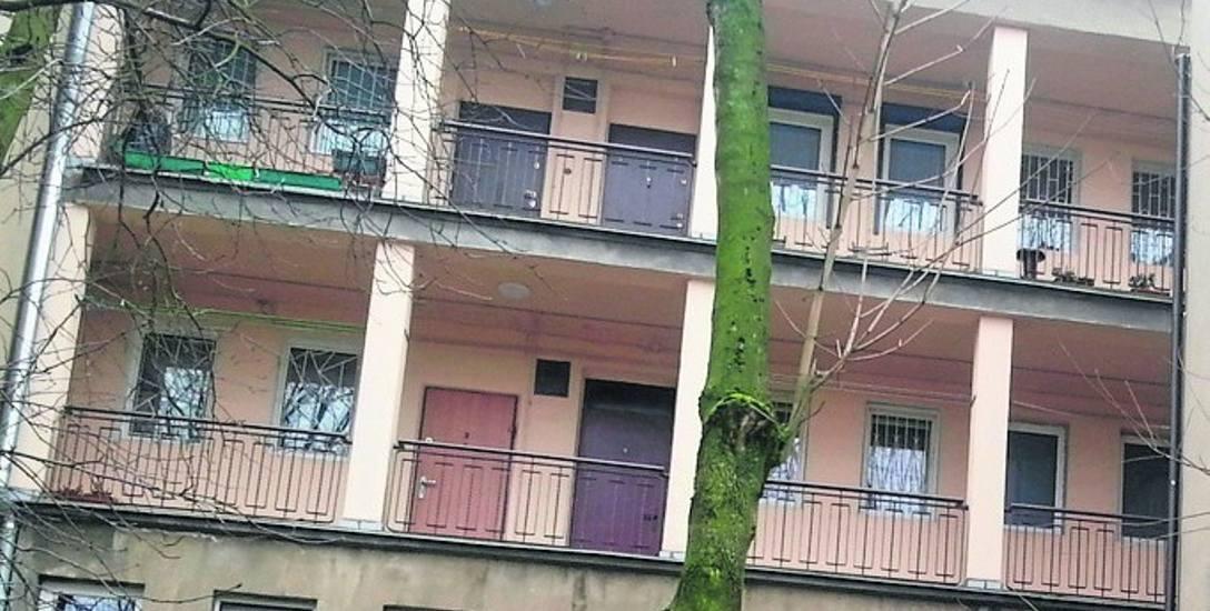 Podglądani na balkonach. W budynku przy ul. Współzawodniczej zamontowano osiem kamer
