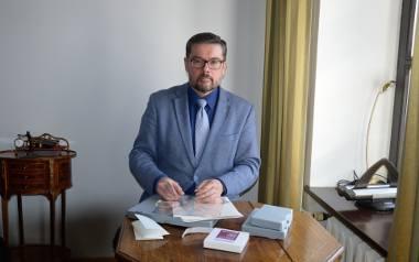 - Mamy zestawy do przechowywania dokumentów. Dzielimy się nimi - mówi prof. Mirosław Lenart.