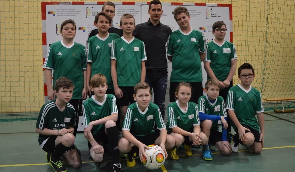 Film do artykułu: Miro Klose spotkał się w Chrząstowicach z zawodnikami Niemieckich Szkółek Piłkarskich