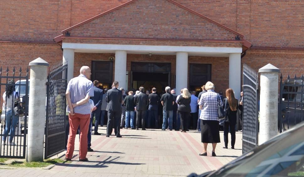 Film do artykułu: Wzruszający pogrzeb ofiar podwójnego zabójstwa w Radomiu. Tłumy żegnały Paulinę i Miłoszka...