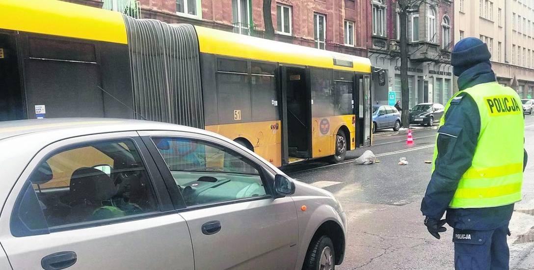 Do wypadku doszło na oznakowanym przejściu dla pieszych przy skrzyżowaniu ulic Szczęść Boże i 3 Maja. Potrącona 62-letnia kobieta ma m.in. złamaną podstawę
