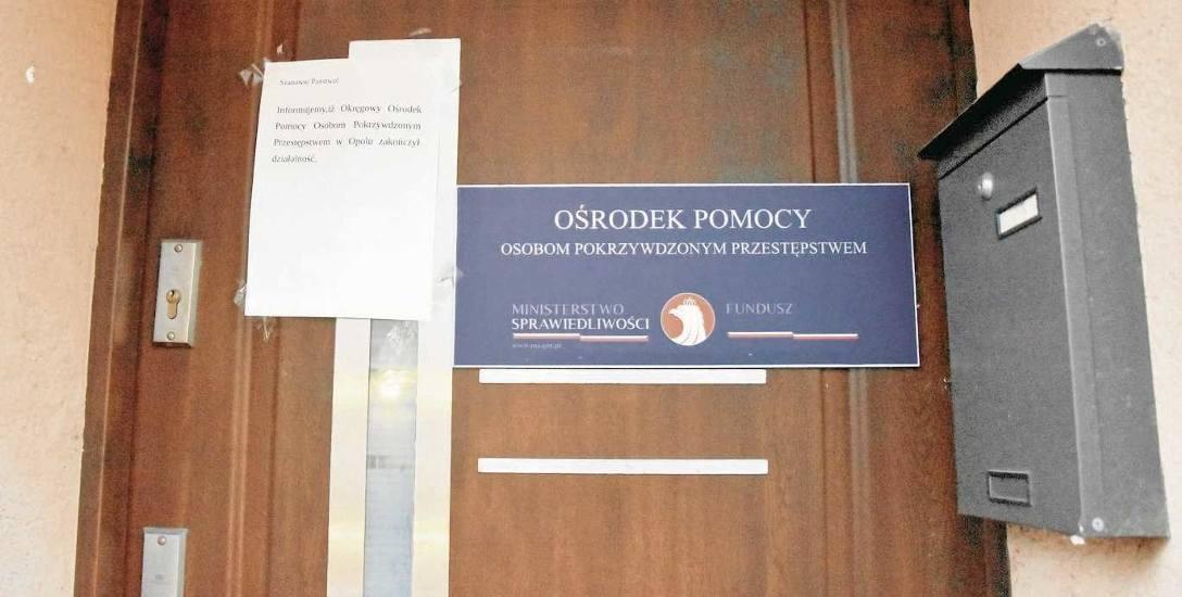 Drzwi lokalu przy ul. Niemodlińskiej 3a w Opolu, w którym działał ośrodek prowadzony przez Ex Bono. Tyle po nim zostało