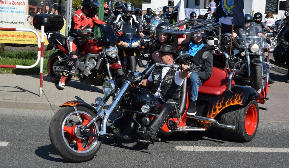 Film do artykułu: Parada motocykli w Żorach ZDJĘCIA Setki motocyklistów przejechało przez ulice miasta. Motocykle poświęcił ksiądz