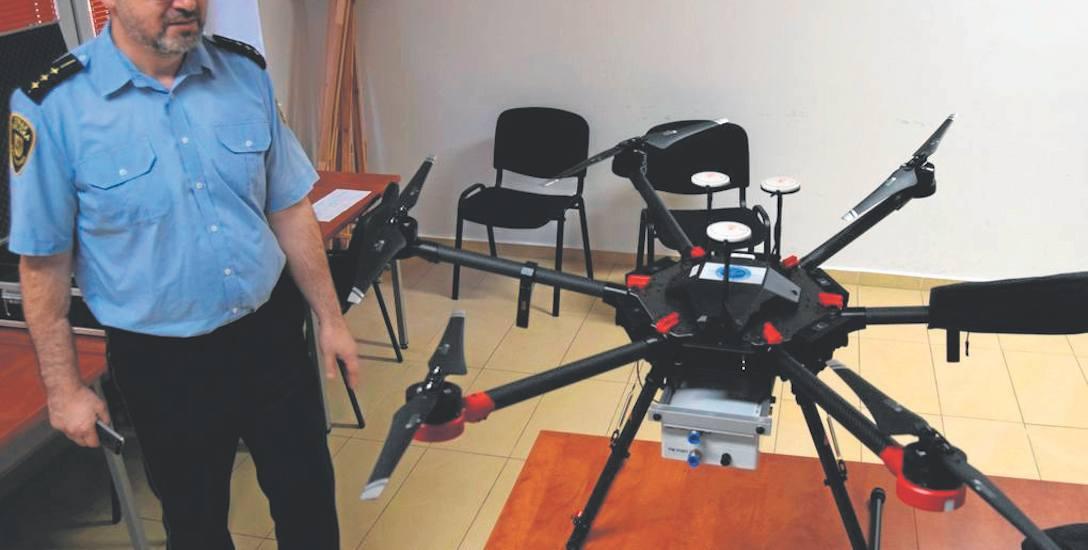 Jarosław Dudek ze Straży Miejskiej prezentuje drona, który wkrótce zacznie tropić trucicieli