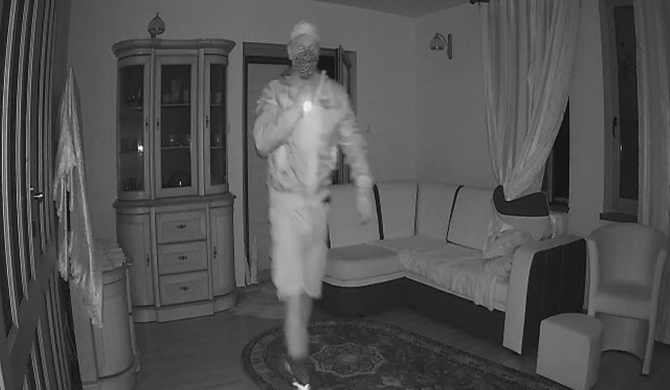 Film do artykułu: Włamanie w gminie Włodawa. Złodziej krąży po domu, nie domyśla się, że jest nagrywany. Zobacz wideo