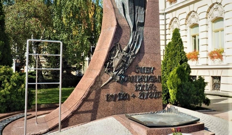 Film do artykułu: Nowy Sącz. Mężczyzna rzucał zniczami w pomnik Jana Pawła II [ZDJECIA]