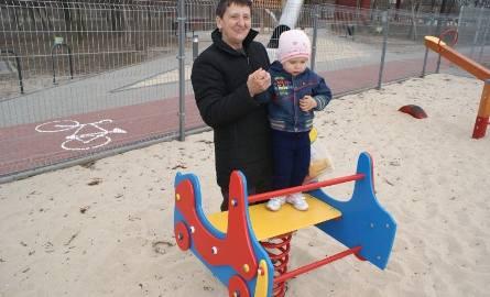 Plac zabaw przy zalewie już stał się ulubionym miejscem zabaw dzieci i ich szczęśliwych babć.