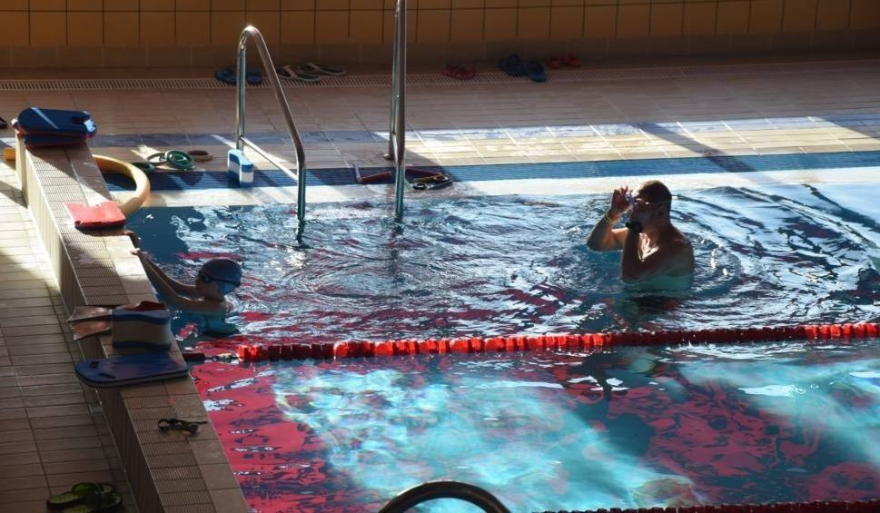 Film do artykułu: Mikołajkowe Zawody Pływackie w Końskich. Rywalizowały dzieci ze szkół