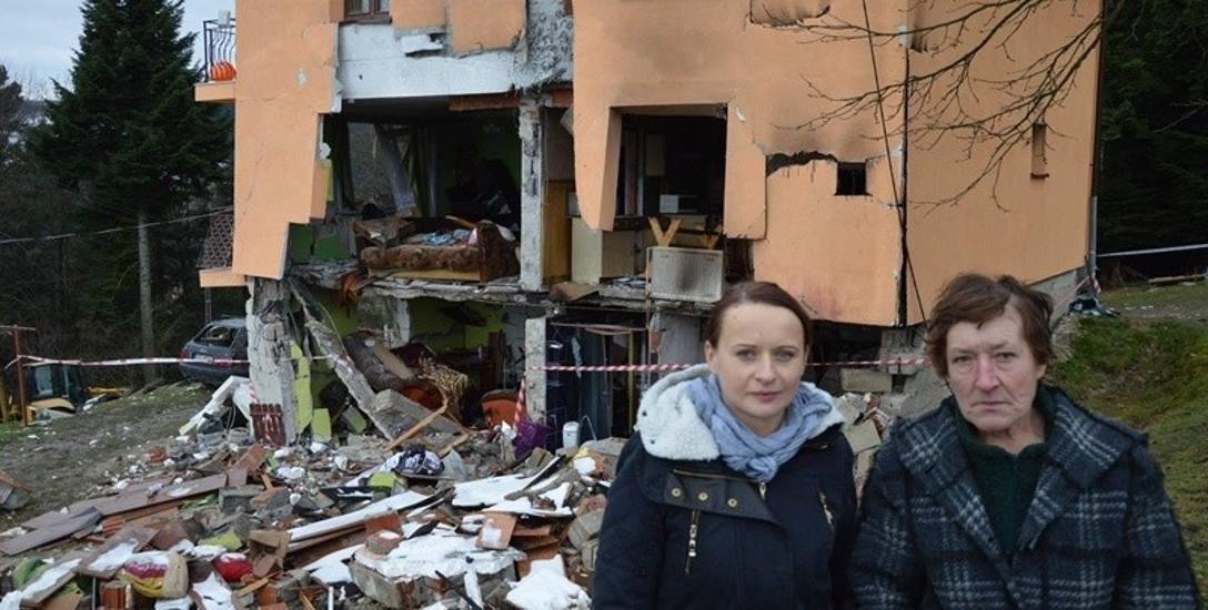 Grażyna Zielonka (z lewej) i jej mama Janina z żalem patrzą na to, co zostało z domu po wybuchu