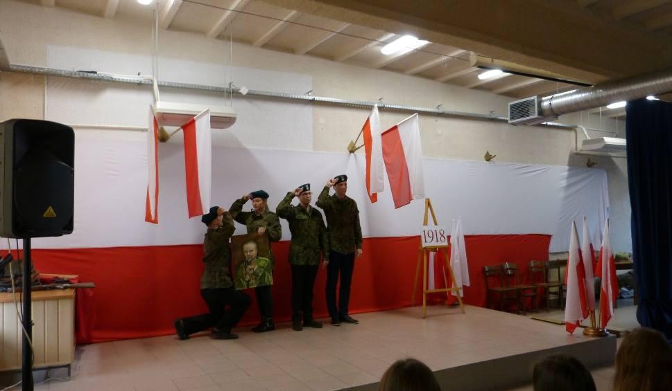 Film do artykułu: Tak świętowano 100-lecie odzyskania niepodległości w Zespole Szkół w Końskich (ZDJĘCIA)