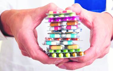 Leczeniu na własną rękę i nadużywaniu leków oraz suplementów ma przeciwdziałać kampania edukacyjna NFZ.
