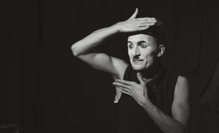 """W ramach festiwalu Mateusz Deskiewicz z Teatru Muzycznego w Gdyni przedstawi monodram """"Być jak Charlie Chaplin"""""""