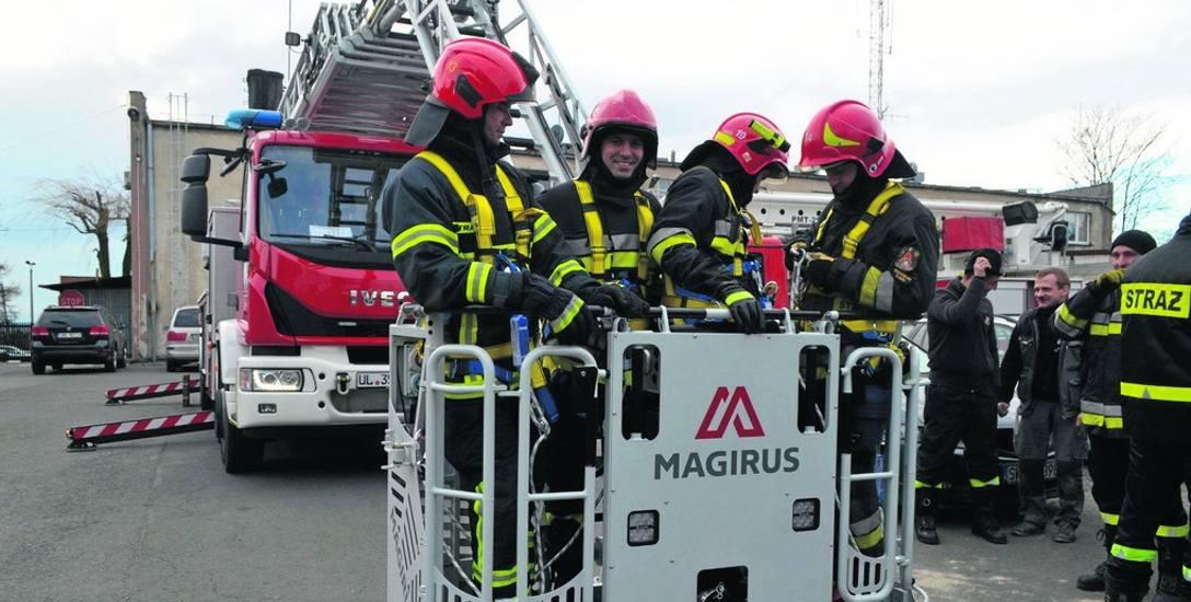 Strażacy z Wodzisławia Śląskiego mają nowy wóz strażacki z superdrabiną. Dosięgnie do każdego piętra w mieście