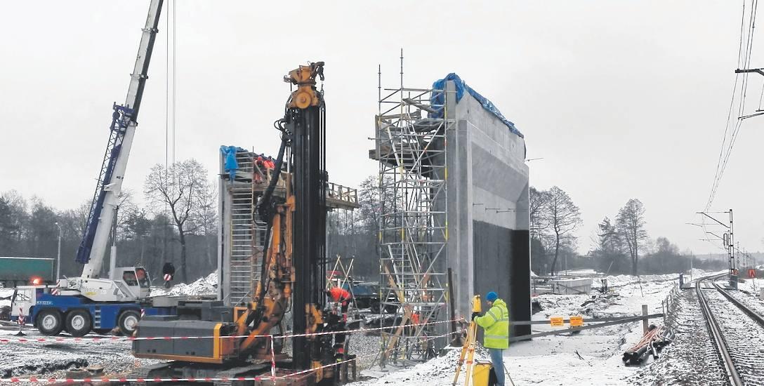 Dwa przęsła przyszłego wiaduktu stoją już na ul. Bukowskiej. Pomiędzy nimi będą ułożone nowe tory linii Katowice - Kraków